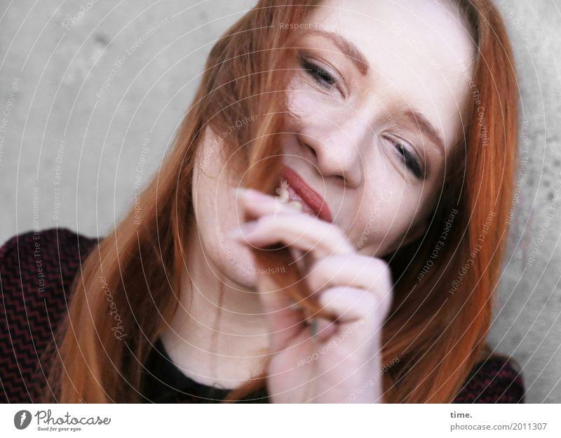 . feminin Frau Erwachsene 1 Mensch Mauer Wand Pullover rothaarig langhaarig festhalten lachen Blick Fröhlichkeit schön Gefühle Freude Glück Zufriedenheit