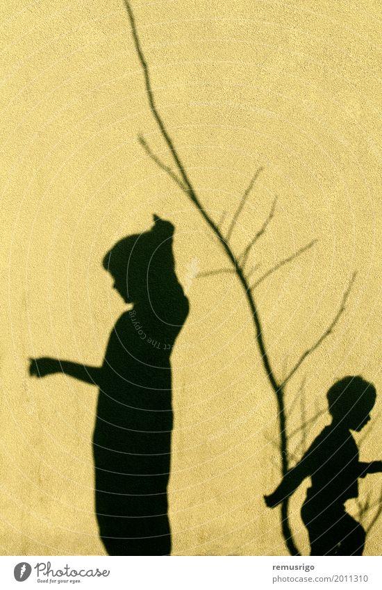 Schatten von Kindern Spielen Junge Familie & Verwandtschaft Freundschaft Kindheit Zusammensein schwarz Hintergrund Szene zwei Wand Farbfoto Außenaufnahme