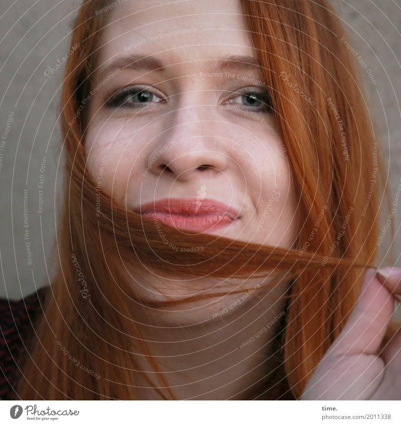 Anastasia feminin Frau Erwachsene 1 Mensch Pullover rothaarig langhaarig beobachten festhalten Lächeln Blick Fröhlichkeit schön Zufriedenheit Lebensfreude