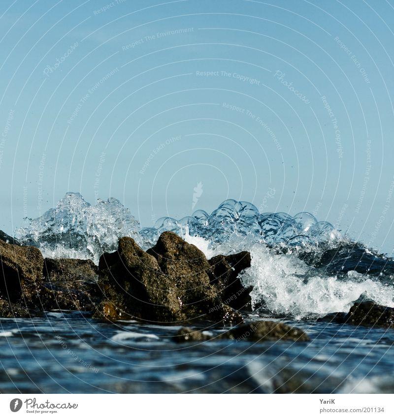 meeresblubberblasen Himmel blau Wasser Sommer Meer Küste Stein Wellen Wind Felsen nass Wassertropfen Urelemente Unwetter Bucht Sturm