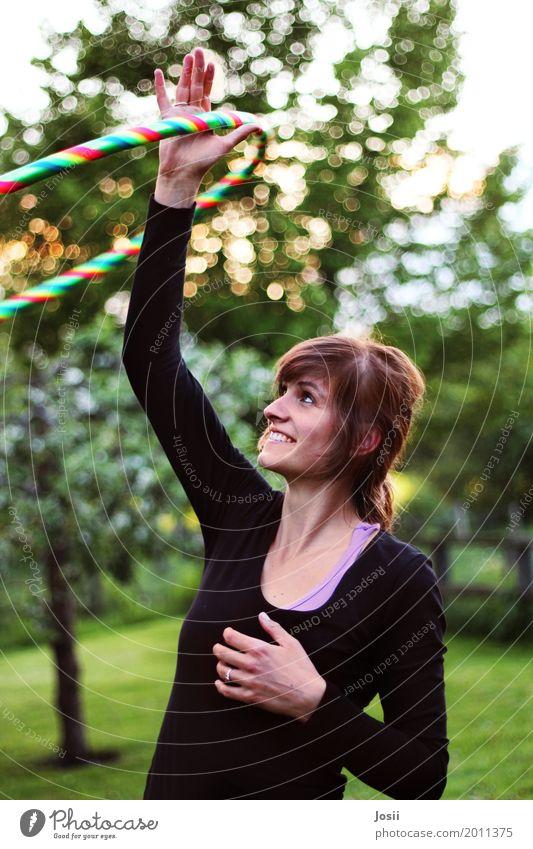 Happy Hooping Hula Hoop Reifen Mensch feminin Junge Frau Jugendliche 1 18-30 Jahre Erwachsene Natur Lächeln lachen Tanzen Glück positiv mehrfarbig grün Stimmung