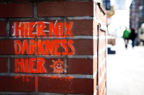 always look on the bright side of life... Mensch Stadt Sonne Leben Wand Lifestyle Graffiti Liebe lustig Mauer Glück Paar gehen hell leuchten Zufriedenheit