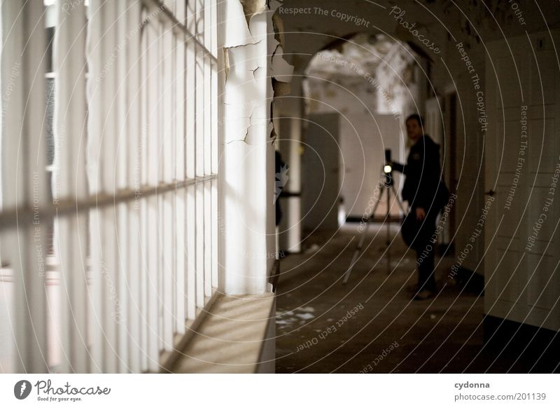 [HAL] Wartezeit Mensch Mann ruhig Fenster Erwachsene Raum Zeit Fotografie Freizeit & Hobby Häusliches Leben Vergänglichkeit Kreativität entdecken Vergangenheit Verfall Idee