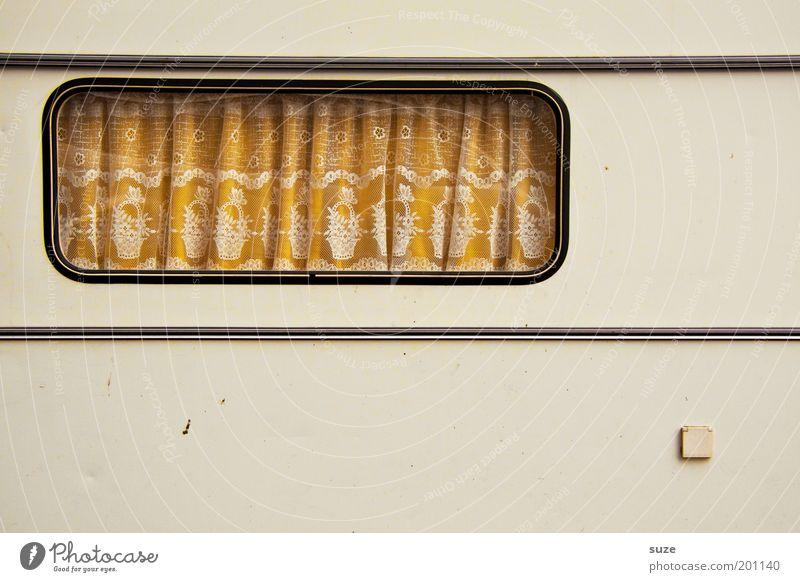 Windows 98 Camping Häusliches Leben Fenster Wohnwagen alt retro Einsamkeit Gardine Vorhang sparsam Anschluss Steckdose Streifen Farbfoto Gedeckte Farben