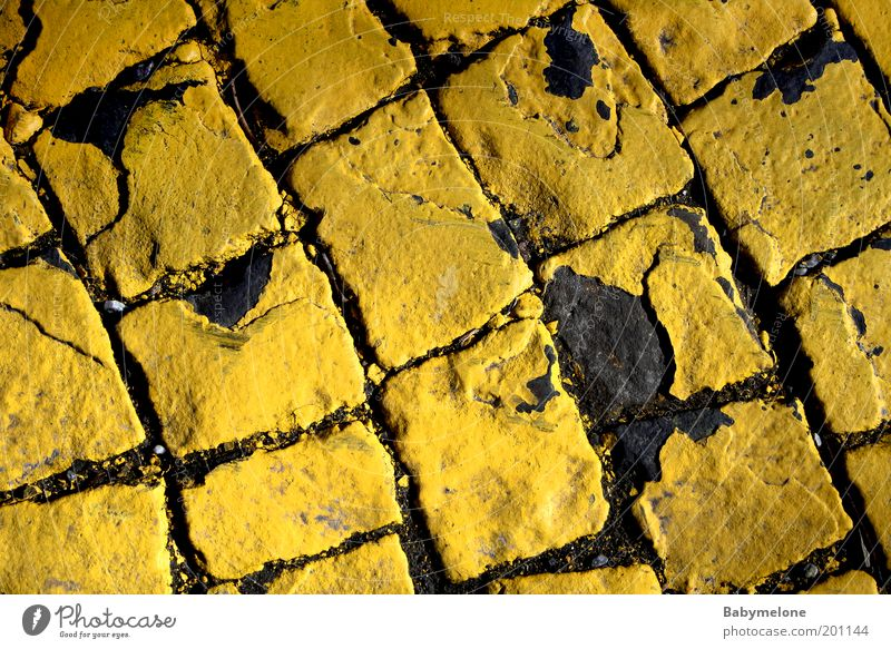 Pflastersteingeschichten alt Farbe gelb Straße Wege & Pfade Pflastersteine abblättern gebraucht Fahrbahnmarkierung Zebrastreifen Perspektive Vogelperspektive