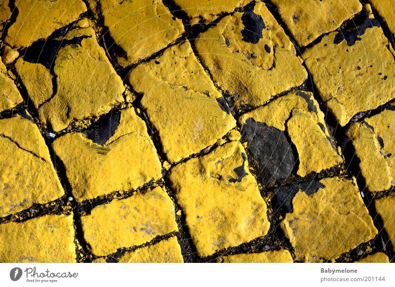 Pflastersteingeschichten Fußgängerzone Straße Wege & Pfade alt gelb Zebrastreifen gebraucht Pflastersteine Farbfoto Außenaufnahme Detailaufnahme Menschenleer