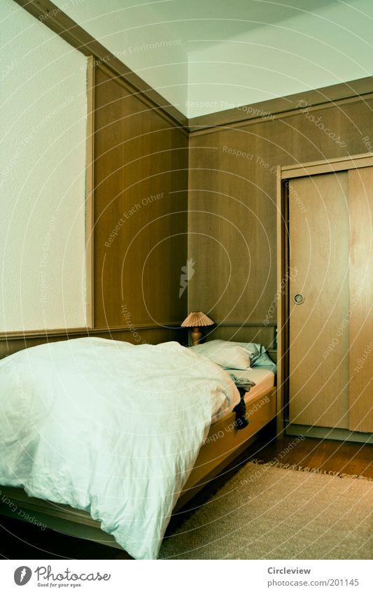 Lampe fast in der Mitte des Bildes alt Ferien & Urlaub & Reisen ruhig dunkel Erholung Stil Holz Raum Wohnung Design elegant Tourismus Bett Häusliches Leben