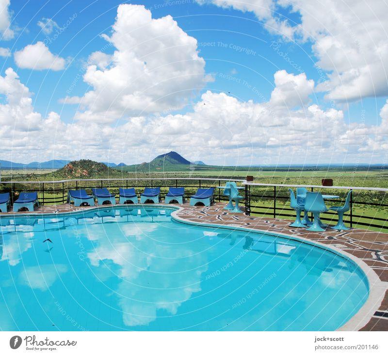 Platz unter der Sonne elegant exotisch Ferne Landschaft Wolken Horizont Schönes Wetter Savanne Lodge Terrasse Stuhl Geländer Liegestuhl türkis Wasseroberfläche