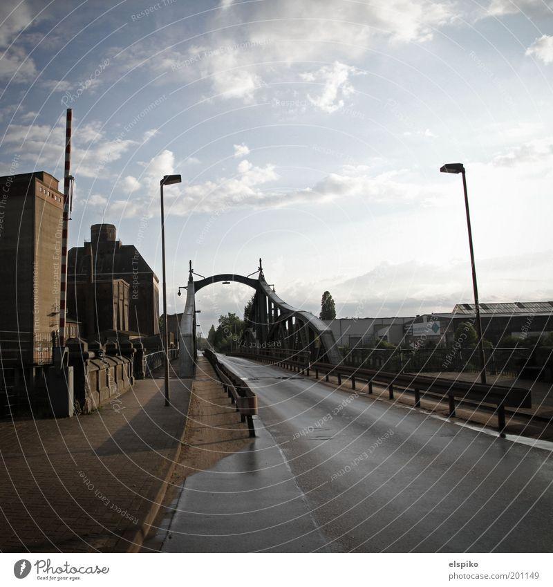 Unbewachter Grenzübergang Himmel Stadt Wolken kalt Gebäude Architektur Deutschland Europa Brücke trist Industriefotografie Hafen Laterne Verkehrswege