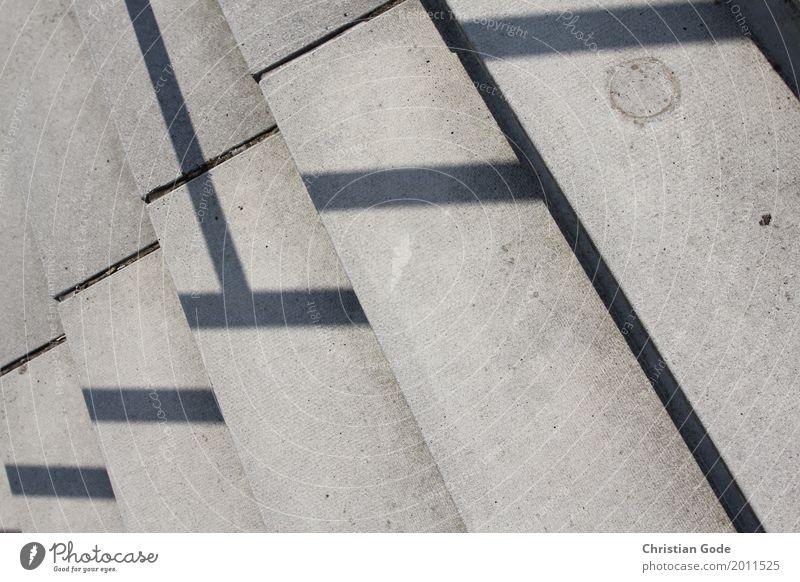 Quer Stadt Architektur Wand Mauer grau Linie Treppe Bauwerk Geländer Treppengeländer Geometrie Stadtrand Fuge Schattenspiel Stufenordnung