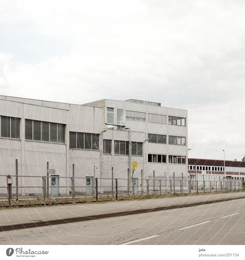 . Himmel Straße grau Gebäude Arbeit & Erwerbstätigkeit trist Industrie Güterverkehr & Logistik Bauwerk Fabrik Lagerhalle Handel Industrieanlage Stadtrand Mittelstand
