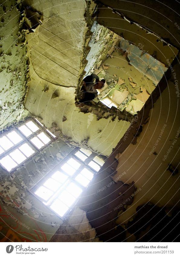 1208 Mensch maskulin Menschenleer Fabrik Ruine Bauwerk Gebäude Architektur Mauer Wand Fenster Denken hocken sitzen warten dunkel einzigartig kaputt