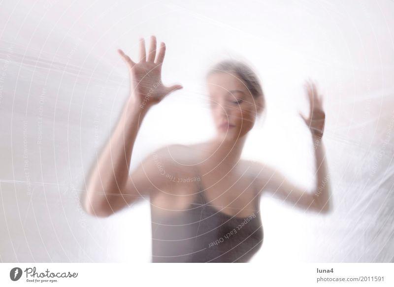 Hände 1 Junge Frau Jugendliche Erwachsene Mensch 18-30 Jahre berühren träumen Traurigkeit verrückt schön Erotik feminin Sicherheit Schutz Sorge Trauer