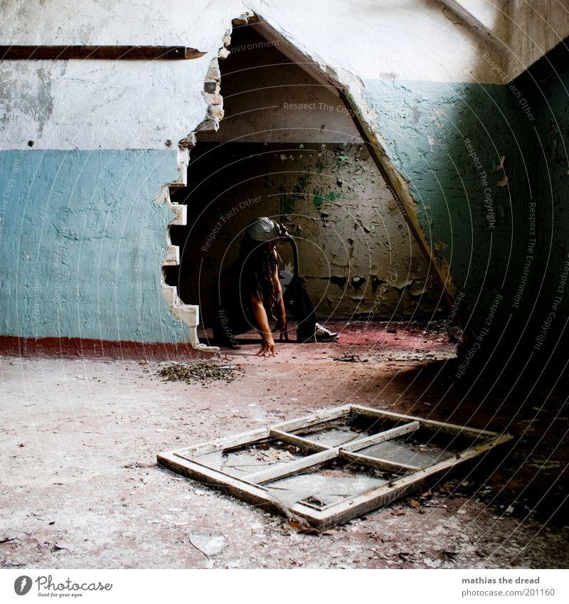 1209 Erwachsene kalt dunkel Fenster Wand Mauer warten maskulin verrückt außergewöhnlich kaputt trist bedrohlich einzigartig Fabrik 18-30 Jahre
