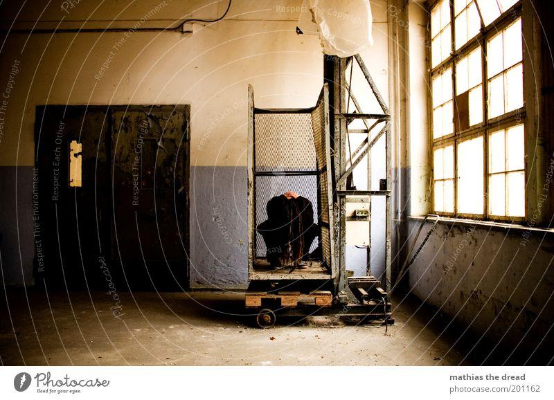 1211 Mensch maskulin Fabrik Ruine Bauwerk Gebäude Architektur Fenster Tür hocken Traurigkeit außergewöhnlich dunkel einzigartig Trauer Müdigkeit Schmerz