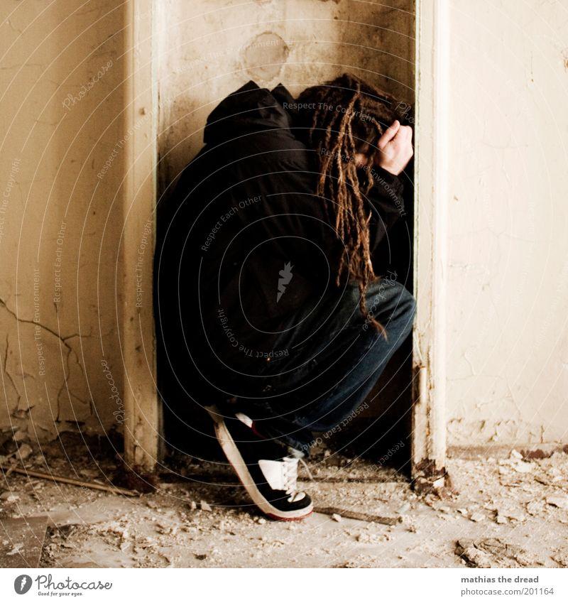 1212 Mensch maskulin Junger Mann Jugendliche Industrieanlage Fabrik Ruine Mauer Wand Fassade hocken schlafen außergewöhnlich dunkel einzigartig Traurigkeit