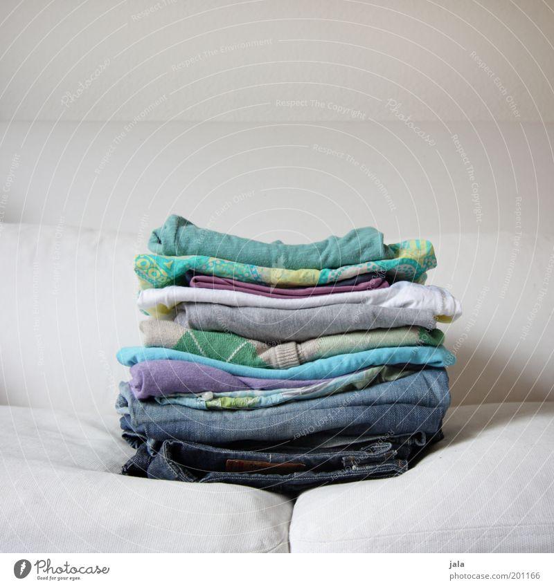 wäsche Wäsche Wäsche waschen Sofa mehrfarbig weiß Haushalt Ordnung Häusliches Leben Farbfoto Innenaufnahme Menschenleer Textfreiraum oben Tag Bekleidung