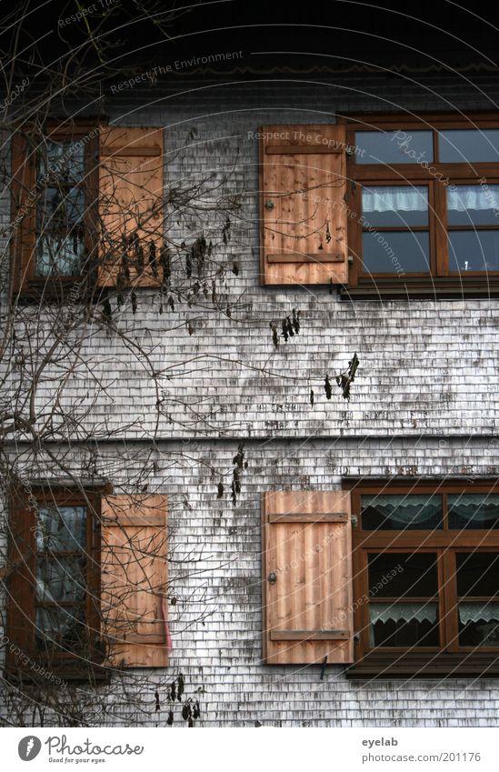Dahoam is dahoam ? alt schön Haus Fenster Holz Gebäude dreckig Fassade kaputt authentisch Häusliches Leben Dach Kitsch Dorf historisch Gardine