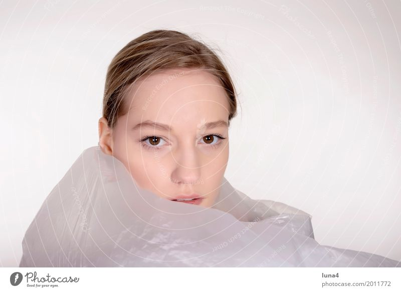 junge Frau mit Folie Junge Frau Jugendliche Erwachsene Kopf 1 Mensch 18-30 Jahre blond träumen Traurigkeit Schutz Sorge Trauer Angst Verzweiflung verstört Ärger