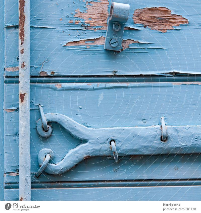 Provenzalisch blau Fensterladen Beschläge Holz Metall Rost alt Verfall Vergänglichkeit hell-blau abblättern Lack Farbstoff Farbfoto Außenaufnahme Nahaufnahme