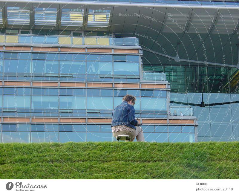Grasnabe Frau Berlin Gras Platz Rasen streichen zeichnen