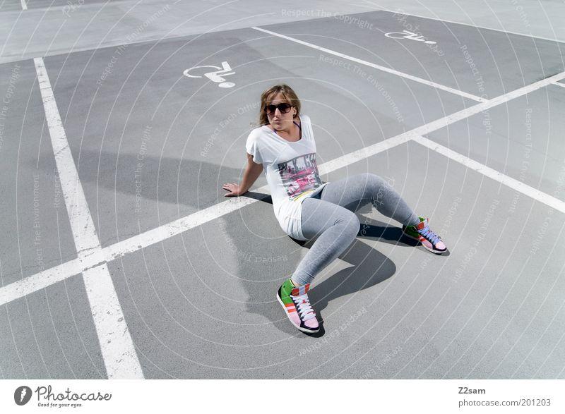 besetzt Jugendliche Erwachsene Erholung Straße Stil Mode träumen Junge Frau blond sitzen elegant Beton 18-30 Jahre verrückt Lifestyle Coolness