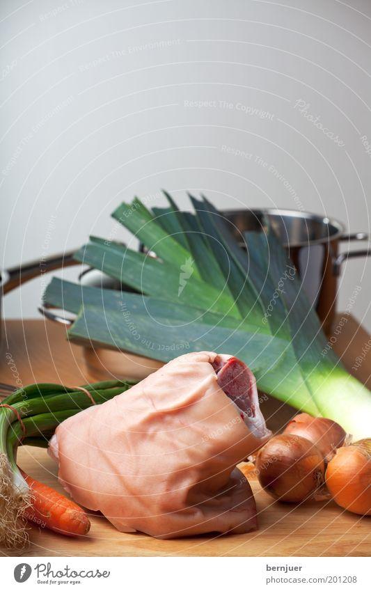 lecker leg Holz Lebensmittel Tisch Kochen & Garen & Backen Küche Tierhaut Gemüse Fett Fleisch Schneidebrett Topf Möhre Zwiebel roh Ernährung