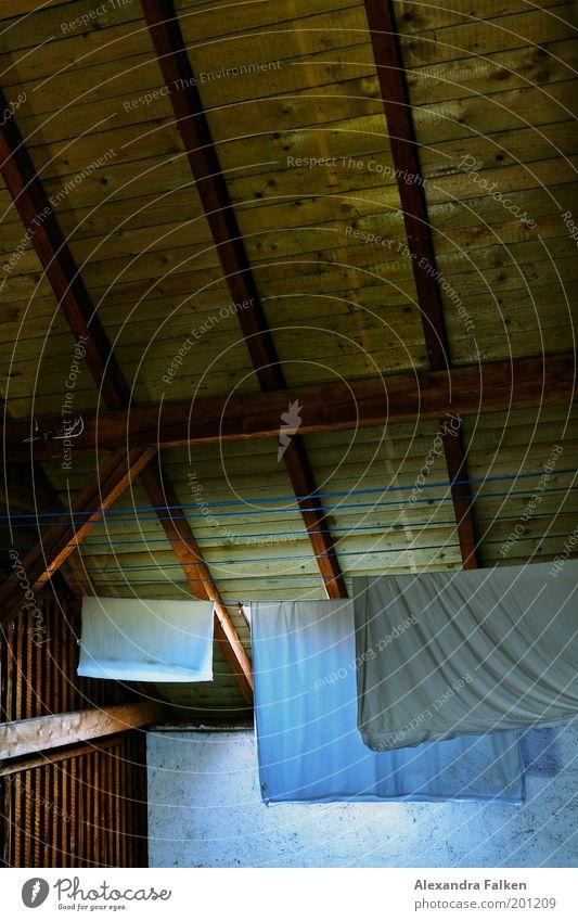Aufgehängt II Dachboden Wäscheleine hängen kalt Bettwäsche Bettlaken Holz Holzdach blau Falte Faltenwurf Arbeit & Erwerbstätigkeit Wäscherei Farbfoto