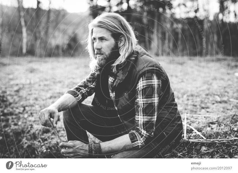 Natur maskulin Junger Mann Jugendliche Erwachsene 1 Mensch 18-30 Jahre 30-45 Jahre Umwelt Coolness trendy Hipster Naturliebe Schwarzweißfoto Außenaufnahme Tag
