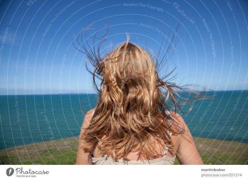 Freiheit Wasser Meer Freude Ferien & Urlaub & Reisen Ferne Erholung feminin Freiheit Haare & Frisuren träumen Denken Zufriedenheit blond Wind frei Horizont