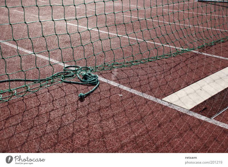 Sportplatz Leichtathletik Sportstätten Netz rot Farbfoto Gedeckte Farben Außenaufnahme Menschenleer Morgen Licht Schatten Sonnenlicht Zentralperspektive Bahn