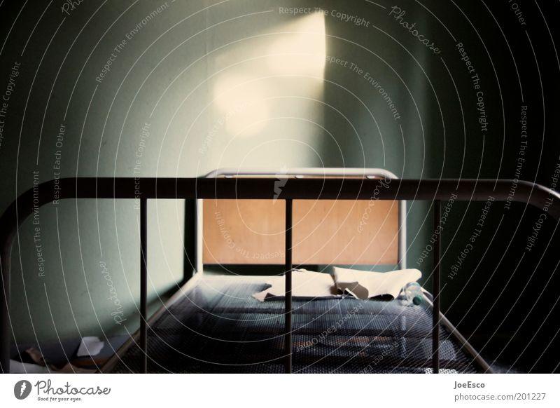 abgesang... Häusliches Leben Wohnung Bett Krankenhaus Traurigkeit dunkel bescheiden Tod Hospiz Schulausflug Pritsche Herberge Schlafsaal karg Farbfoto