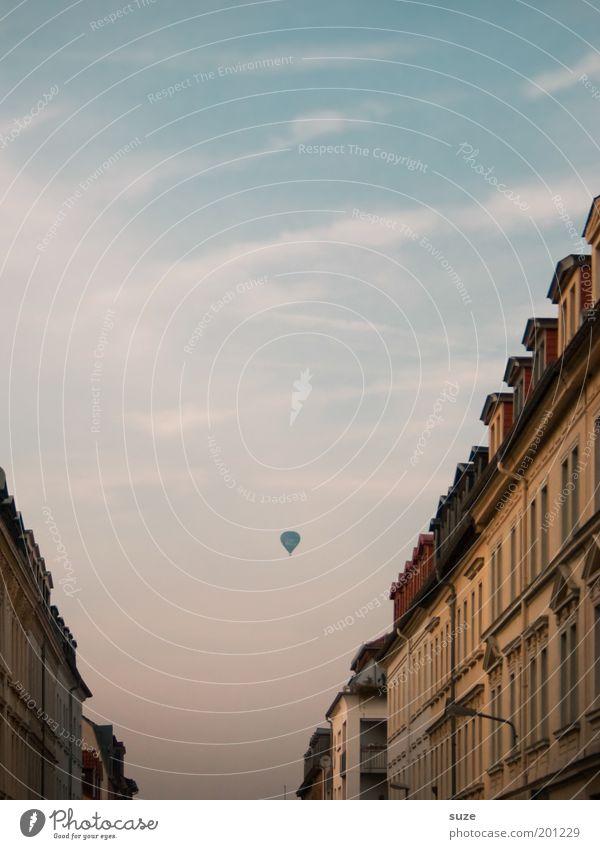 In 80 Tagen um die Welt Freiheit Sightseeing Städtereise Umwelt Luft Himmel Sommer Schönes Wetter Stadt Altstadt Haus Fassade Fenster Ballone fahren fliegen