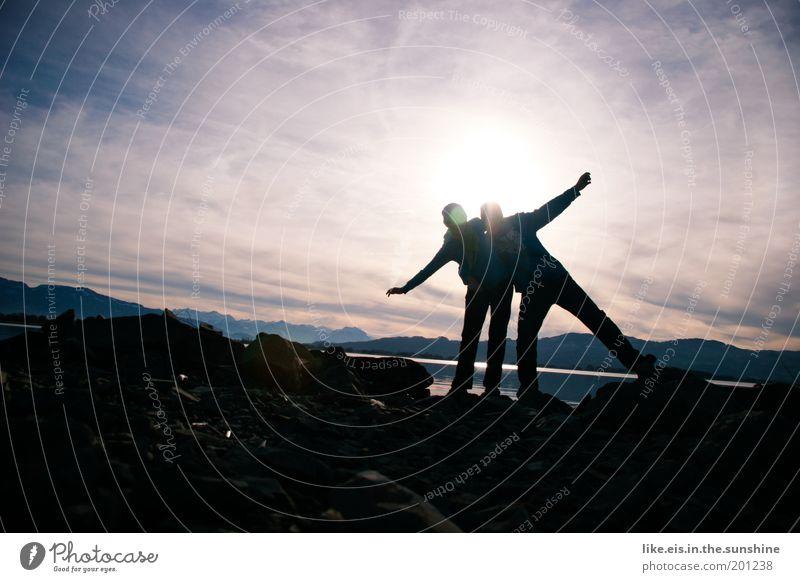 Glücksmomente*** Frau Mensch Himmel Mann blau Freude Winter schwarz gelb Berge u. Gebirge lachen Erwachsene See Paar Freundschaft