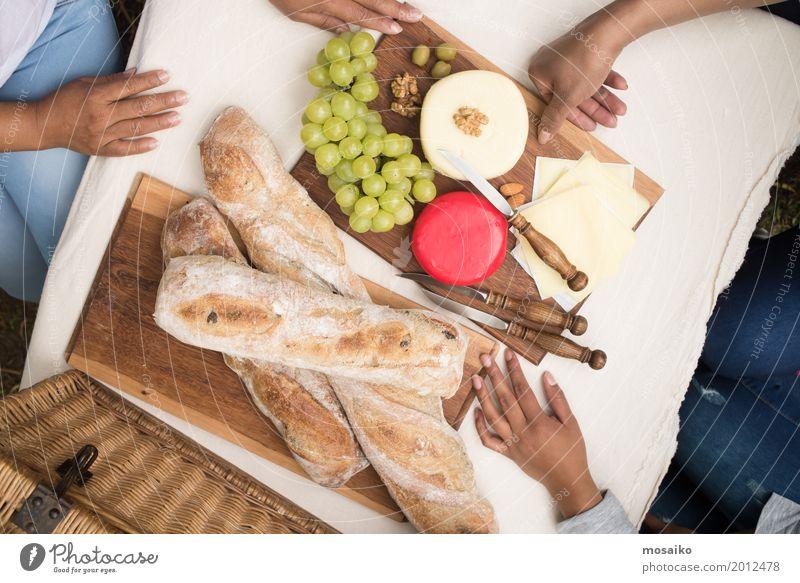 gedeckter Tisch Frau Natur Ferien & Urlaub & Reisen Sommer Hand Erholung Freude Erwachsene Essen Lifestyle Lebensmittel Feste & Feiern Stimmung Freizeit & Hobby