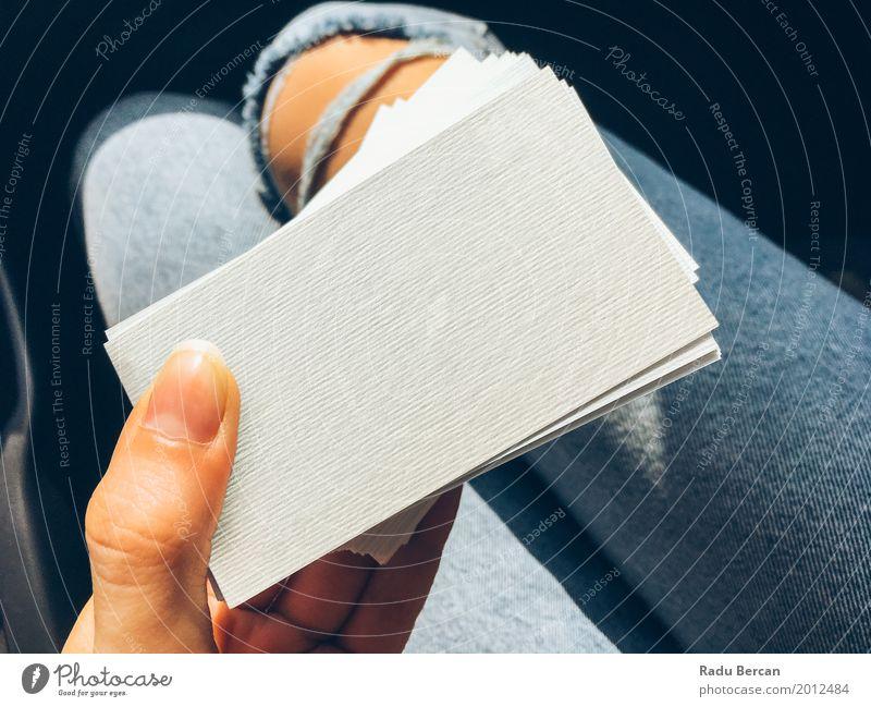 Junge Frau, die weiße leere Visitenkarten hält Mensch Jugendliche blau Farbe schön Hand Mädchen 18-30 Jahre Erwachsene feminin Stil Business Mode