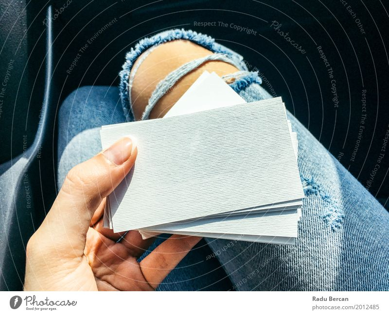 Junge Frau, die weiße leere Visitenkarten hält elegant Stil Design Büro Business Mensch feminin Mädchen Jugendliche Erwachsene Hand 1 18-30 Jahre Mode