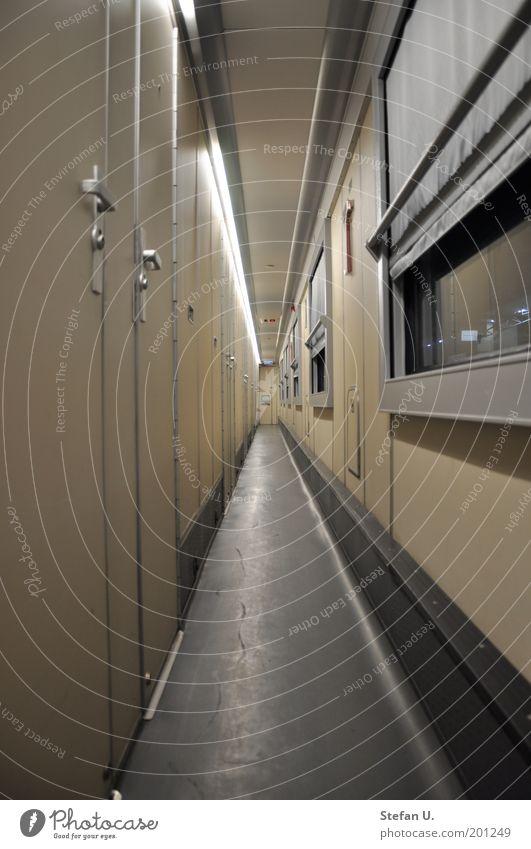 Der schmale Gang im Zugwagon ruhig Einsamkeit gelb kalt grau Stimmung braun Design Eisenbahn Sehnsucht Langeweile Personenverkehr geduldig eckig friedlich