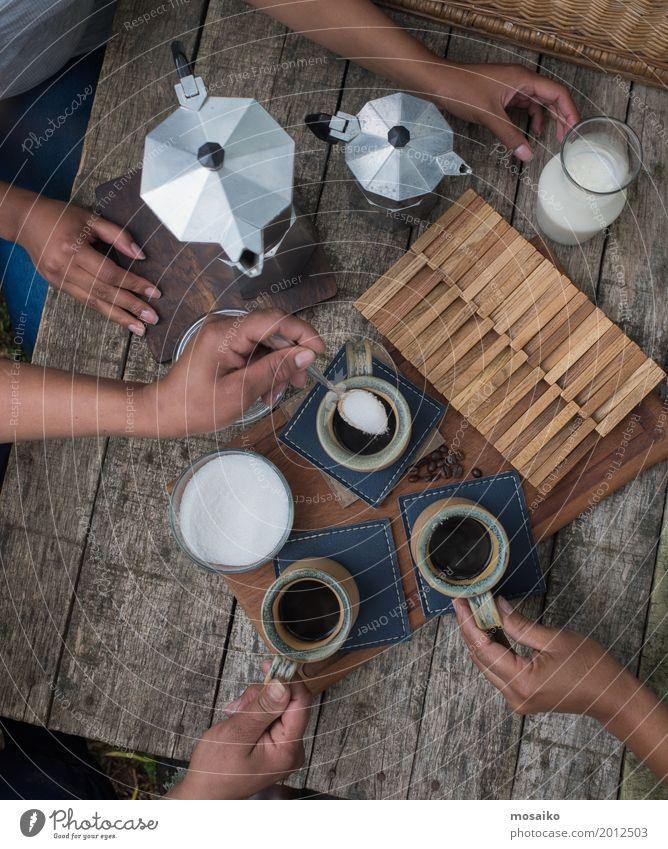Kaffeetisch Mensch Frau Sommer Hand Freude Erwachsene Lifestyle Stil Holz Freiheit Freundschaft Freizeit & Hobby genießen Getränk trinken