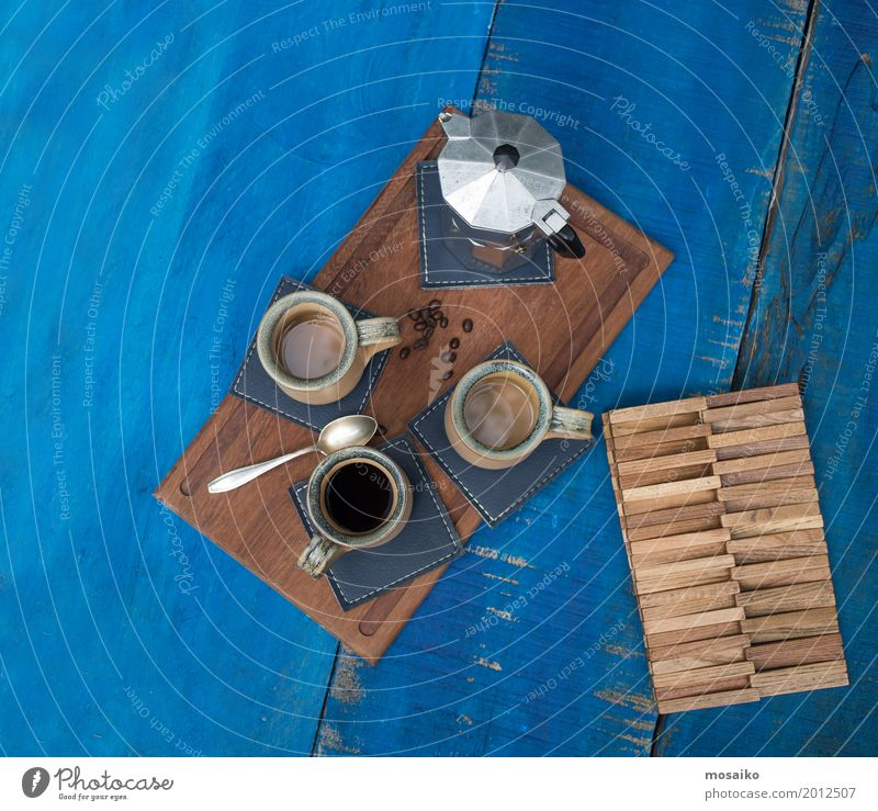 Kaffeetassen auf blauem Tisch Sommer Erholung Lifestyle Tourismus Stimmung Design Freundschaft retro ästhetisch genießen 3 Pause Getränk trinken