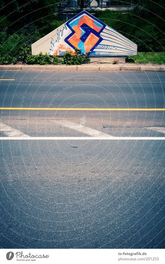 E = ? blau Straße grau Stein Wege & Pfade Linie Graffiti orange Kunst Beton Verkehr Perspektive Coolness Schriftzeichen Streifen einzigartig