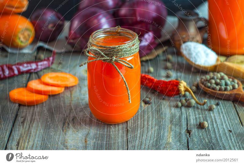 Saft von Karotten, Zwiebeln und Gewürzen in einem Glas alt Essen natürlich grau orange Frucht frisch Tisch Kräuter & Gewürze Getränk trinken lecker Gemüse Top