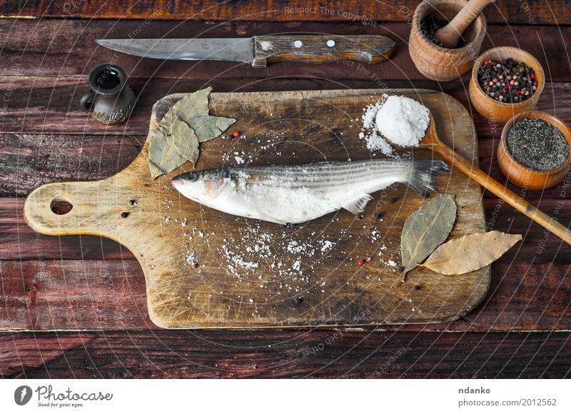 Frischer Stintfisch mit Salz und Pfeffer Lebensmittel Kräuter & Gewürze Ernährung Essen Diät Schalen & Schüsseln Messer Löffel Tisch Küche Holz Metall frisch