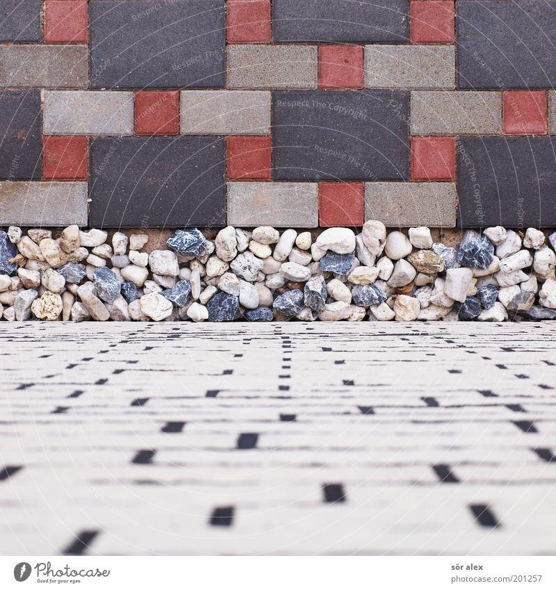 die Wand hochgehen Menschenleer Einfamilienhaus Mauer Fassade Pflastersteine Pflasterweg Backstein Kieselsteine Stein fest blau grau rot schwarz weiß Kiesbett