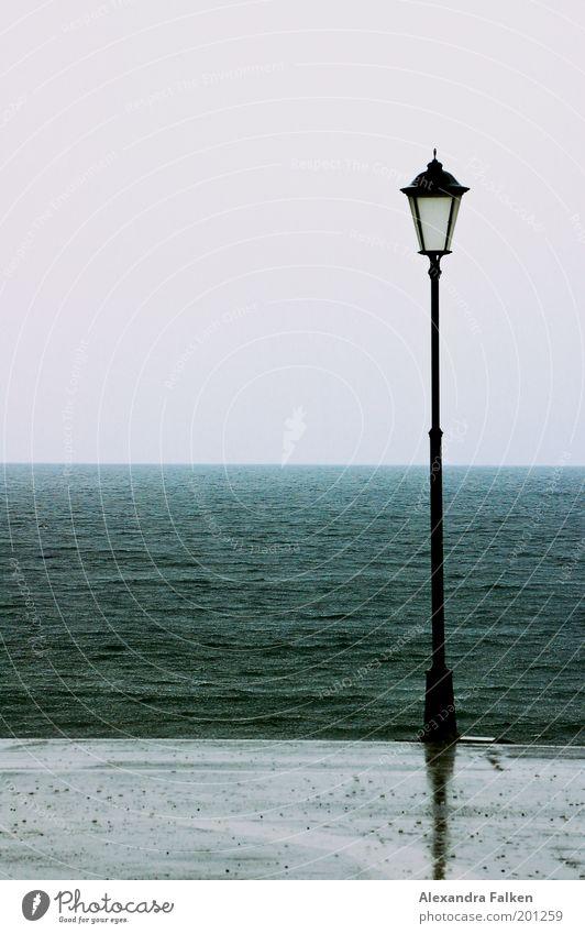 Steht eine Laterne... II Klima Klimawandel Wetter schlechtes Wetter Unwetter Wind Regen Wellen Küste Seeufer Strand Meer kalt Einsamkeit nass Laternenpfahl
