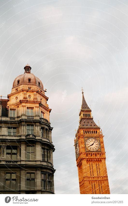What Time is it, Mates? Sehenswürdigkeit Wahrzeichen Big Ben schön Wärme Glück Lebensfreude Farbfoto Außenaufnahme London Uhr Turmuhr Wolkenhimmel Menschenleer