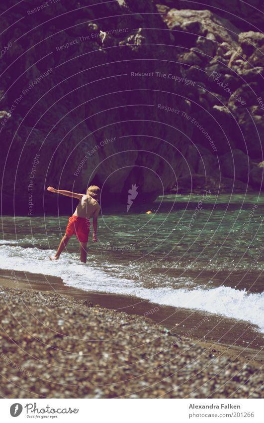 Ein Männlein steht. Mensch Jugendliche rot Sommer Strand Ferien & Urlaub & Reisen Meer Ferne Erholung Leben Freiheit Zufriedenheit Ausflug Felsen Kindheit Tourismus
