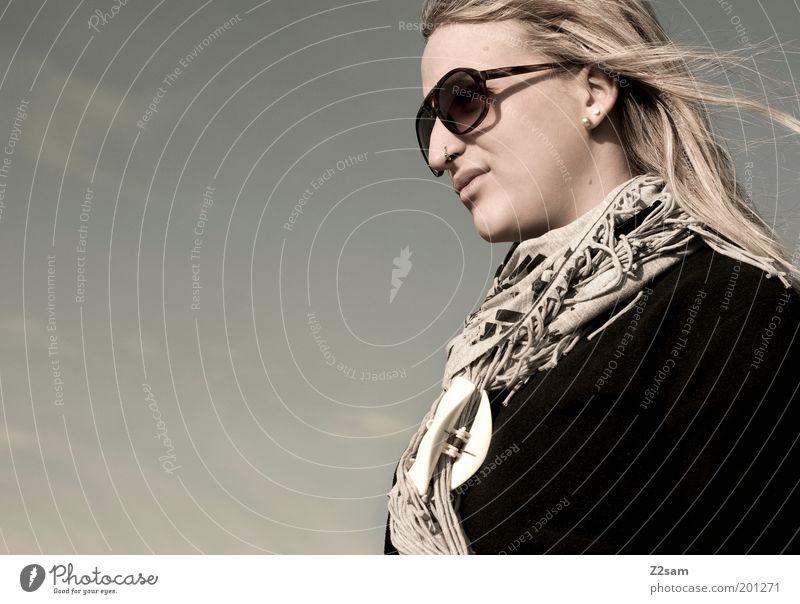was bringt die zukunft? Lifestyle Stil Freizeit & Hobby Mensch feminin Junge Frau Jugendliche 18-30 Jahre Erwachsene Himmel Herbst Mode Sonnenbrille Schal blond