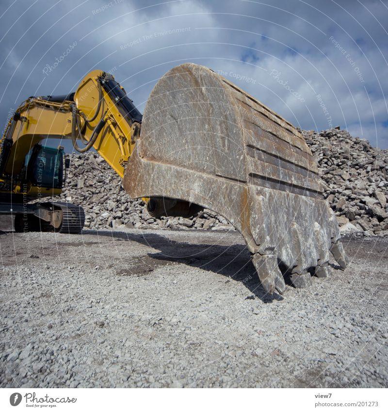 Baggerschaufel dunkel Stein warten dreckig groß Perspektive modern Wachstum stehen authentisch Wandel & Veränderung Baustelle stark Fahrzeug Aggression Gerät