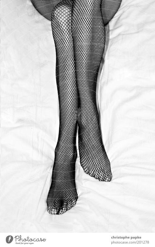 Die Fantasie des Mannes ist die beste Waffe der Frau Mensch Frau Jugendliche schön Erwachsene feminin Erotik Junge Frau Beine Fuß liegen 18-30 Jahre elegant ästhetisch Bett Neugier